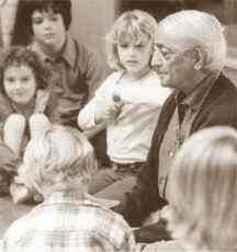 Jiddu Krishnamurti with children